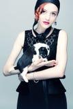Mulher bonita com um cachorrinho em seus braços Fotografia de Stock Royalty Free