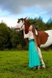 Mulher bonita com um cavalo no campo Menina sobre Imagem de Stock Royalty Free
