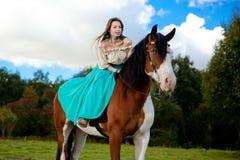 Mulher bonita com um cavalo no campo Menina sobre Foto de Stock Royalty Free