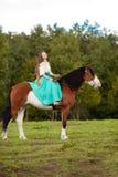 Mulher bonita com um cavalo no campo Menina sobre Fotos de Stock