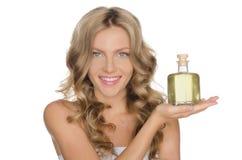 Mulher bonita com um cosmético para a pele Fotografia de Stock Royalty Free