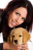 Mulher bonita com um filhote de cachorro macio bonito. fotos de stock royalty free