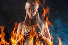 Mulher bonita com um ovo do dragão nas mãos foto de stock royalty free