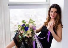 Mulher bonita com um ramalhete bonito Fotos de Stock