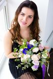 Mulher bonita com um ramalhete bonito Fotos de Stock Royalty Free