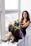 Mulher bonita com um ramalhete bonito Imagens de Stock Royalty Free