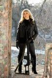 Mulher bonita com um rifle do atirador furtivo fotografia de stock