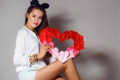 Mulher bonita com um símbolo do dia de Valentim Imagens de Stock