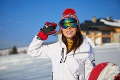 Mulher bonita com um snowboard Conceito do esporte Imagens de Stock Royalty Free