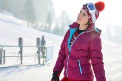 Mulher bonita com um snowboard Conceito do esporte Fotos de Stock Royalty Free