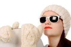 Mulher bonita com um snowboard e óculos de sol no estúdio Imagens de Stock Royalty Free