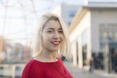 Mulher bonita com um sorriso perfeito clarear exterior imagem de stock royalty free
