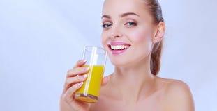 Mulher bonita com um vidro do suco de laranja, isolado no fundo branco Fotos de Stock Royalty Free