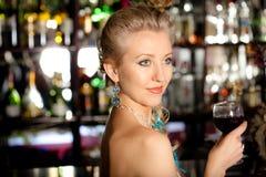 Mulher bonita com um vidro do vinho Imagens de Stock Royalty Free