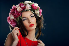 Mulher bonita com uma coroa na cabeça Imagens de Stock
