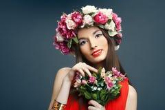 Mulher bonita com uma coroa na cabeça e no ramalhete Fotos de Stock