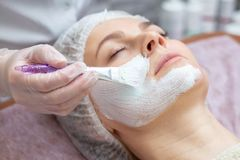 Mulher bonita com uma máscara facial em um salão de beleza fotos de stock