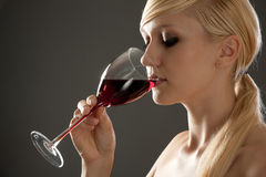 Mulher bonita com vinho vermelho de vidro Foto de Stock Royalty Free