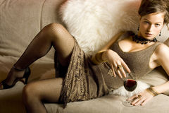 Mulher bonita com vinho vermelho de vidro Fotos de Stock
