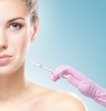 A mulher bonita começ uma injeção em sua face Fotos de Stock Royalty Free