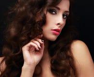 Mulher bonita da composição com cabelo encaracolado marrom longo no preto Imagens de Stock Royalty Free