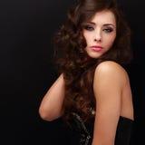 Mulher bonita da composição que levanta com cabelo encaracolado longo Fotografia de Stock