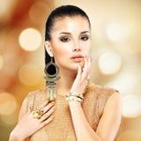 Mulher bonita da fôrma com composição preta e tratamento de mãos dourado fotografia de stock royalty free