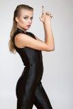 Mulher bonita da forma da menina insolente no macacão preto imagens de stock