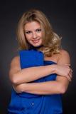 Mulher bonita da forma no terno e no saco azuis Fotografia de Stock