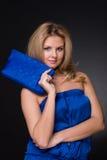 Mulher bonita da forma no terno e no saco azuis fotos de stock