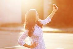 A mulher bonita da foto do estilo de vida fotografou no smartphone Fotografia de Stock
