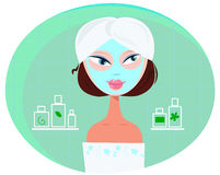 Mulher bonita da menina com máscara facial no banheiro Imagens de Stock Royalty Free