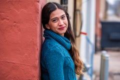 Mulher bonita da menina - mexicano latino indiano india na roupa de forma ocasional do estilo de vida fotografia de stock