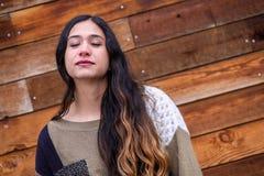 Mulher bonita da menina - mexicano latino indiano india na roupa de forma ocasional do estilo de vida foto de stock royalty free