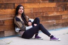 Mulher bonita da menina - mexicano latino indiano india na roupa de forma ocasional do estilo de vida imagens de stock royalty free