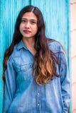 Mulher bonita da menina - mexicano latino indiano india na roupa de forma ocasional do estilo de vida fotos de stock