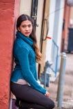 Mulher bonita da menina - mexicano latino indiano india na roupa de forma ocasional do estilo de vida imagens de stock