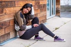 Mulher bonita da menina - mexicano latino indiano india na roupa de forma ocasional do estilo de vida fotos de stock royalty free