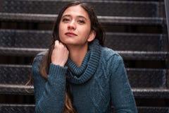 Mulher bonita da menina - mexicano latino indiano india na roupa de forma ocasional do estilo de vida imagem de stock royalty free