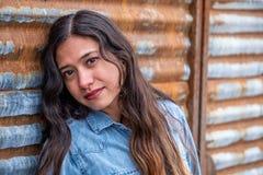 Mulher bonita da menina - mexicano latino indiano india na roupa de forma ocasional do estilo de vida foto de stock