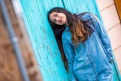 Mulher bonita da menina - mexicano latino indiano india na roupa de forma ocasional do estilo de vida fotografia de stock royalty free