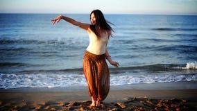 Mulher bonita da praia video estoque