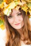 Mulher bonita da queda. Retrato da menina com a grinalda do outono das folhas de bordo na cabeça no isolado Foto de Stock Royalty Free