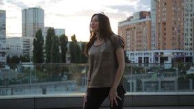 Mulher bonita da raça misturada que anda com o estilo de vida feliz urbano de vida das ruas da cidade filme