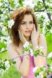 Mulher bonita da sensualidade no pomar da flor fotografia de stock