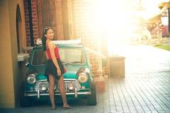 Mulher bonita de Ásia com carro do vintage Imagem de Stock Royalty Free