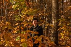 Mulher bonita de 60 em uma floresta bonita do outono Fotografia de Stock