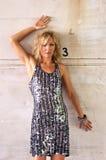 Mulher bonita de encontro à parede Imagem de Stock Royalty Free