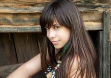 Mulher bonita de encontro à parede de madeira Imagens de Stock Royalty Free
