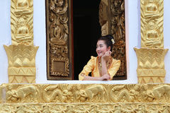 Mulher bonita de laos na igreja budista que sorri ela happines imagem de stock